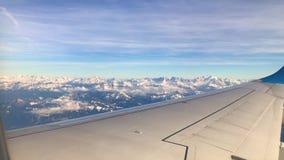 Point of View en las montañas de la nieve del aeroplano almacen de metraje de vídeo
