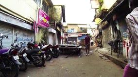 Point of View - gente que camina en las calles de Bombay Calle local almacen de metraje de vídeo