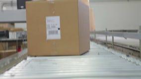 Point of View tiró de la caja que se movía a lo largo de la correa almacen de metraje de vídeo