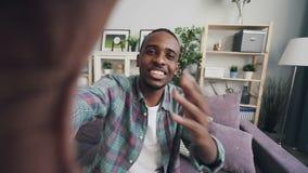 Point of View tiró del hombre afroamericano que hacía el dispositivo de tenencia video en línea de la llamada con la cámara que h metrajes