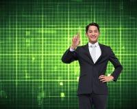 Pointage asiatique de sourire d'homme d'affaires Photographie stock