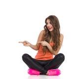 Pointage croisé par jambes de femme Images libres de droits