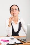 Pointage de dame d'affaires de brune Photo libre de droits