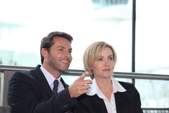 Pointage de femme d'affaires et d'homme Images libres de droits