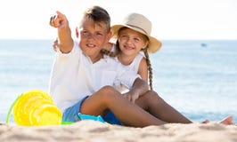 Pointage de garçon et de fille Photo libre de droits