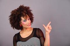 Pointage de jeune femme Photos libres de droits