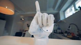 Pointage de l'index d'une main bionique banque de vidéos