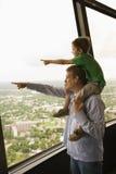Pointage de père et de fils. Images libres de droits