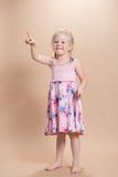Pointage de petite fille Photographie stock