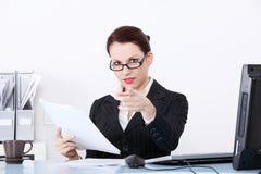 Pointage des fichiers de recopie de femme d'affaires. Photos libres de droits