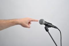 Pointage du doigt avec le microphone Image libre de droits