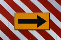 Pointage du signe de route de flèche Images stock