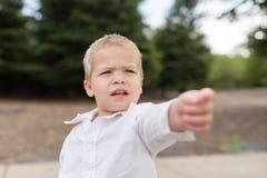 Pointage extérieur de jeune portrait d'enfant en bas âge Photos stock