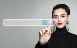 Pointage femelle de main de jeune femme La main et vident la barre d'adresse photo stock