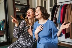 Pointage heureux de femmes Images libres de droits