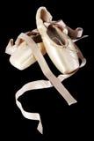 Pointe在黑色背景的芭蕾舞鞋 免版税库存照片