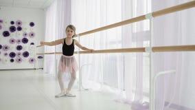 Pointe实践的舞蹈的俏丽的矮小的芭蕾舞女演员在古典芭蕾学校 影视素材