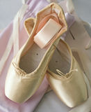 Pointe有丝带的芭蕾舞鞋 免版税库存照片