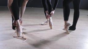 Pointe鞋子关闭  年轻芭蕾舞女演员女孩 排练的妇女在黑紧身衣裤 准备戏剧 股票录像