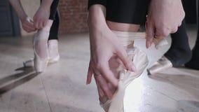Pointe鞋子关闭  年轻芭蕾舞女演员女孩 排练的妇女在黑紧身衣裤 准备戏剧 影视素材