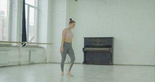 Pointe assente di lancio del ballerino turbato nello studio di ballo archivi video