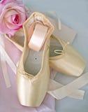 Pointe-Ballettschuhe mit Bändern stockbild