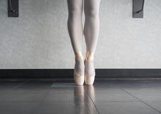 Pointe d'En de danseur classique dans des ses chaussures de danse photographie stock libre de droits