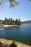 Pointe de flèche scénique de lac Images stock