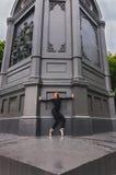 Pointe dell'en della ballerina vicino alla parete nera Immagine Stock Libera da Diritti
