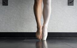 Pointe dell'en e dietro le scene di un duro lavoro e di un addestramento del ` s del ballerino di balletto fotografia stock