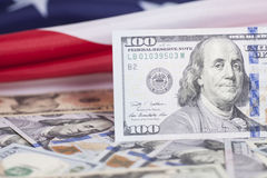 Pointe des billets de banque du dollar sur le drapeau américain Photographie stock