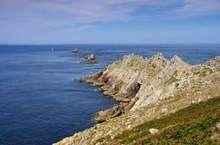 Pointe du Raz och fyr Phare de la Vieille i Brittany fotografering för bildbyråer