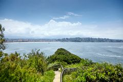 Pointe Heilige Barbe van Heilige Jean de Luz, Baskisch Land, Atlantische kust, groene heuvel en weg royalty-vrije stock afbeelding
