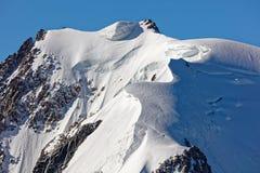Pointe Lachenal, Chamonix, França do sudeste, Auvergne-RhÃ'ne-Alpes Os montes de neve artísticos criaram pelo poder do vento em P fotografia de stock