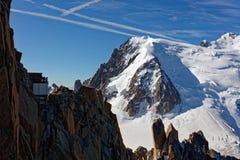 Pointe Lachenal, Chamonix, sydostliga Frankrike, Auvergne-RhÃ'ne-Alpes Sikter från kabelbilen in mot Pointe Lachenal med Mont Bla arkivbild