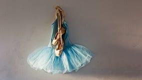 Pointe Schuhe auf Ballettröckchen Stockfotos