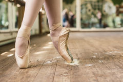 Pointe skor i harts royaltyfria bilder