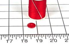 Pointeau de couture avec l'amorçage et un bouton Photo libre de droits