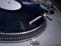 Pointeau de plaque tournante du DJ sur l'enregistrement Image libre de droits