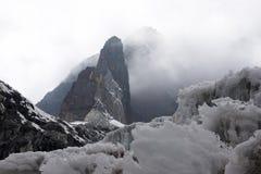Pointeau rocheux et un glacier, Himalaya Image libre de droits