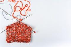 Pointeaux de tricotage de laines et de tricotage Boule de laine avec des rais pour le tricotage fait main sur la table en bois Photos libres de droits
