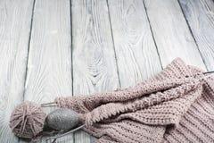 Pointeaux de tricotage de laines et de tricotage Boule de laine avec des rais pour le tricotage fait main sur la table en bois Photos stock