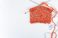 Pointeaux de tricotage de laines et de tricotage Boule de laine avec des rais pour le tricotage fait main sur la table en bois Images stock