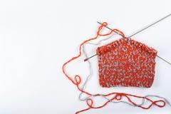 Pointeaux de tricotage de laines et de tricotage Boule de laine avec des rais pour le tricotage fait main sur la table en bois Photo stock
