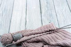 Pointeaux de tricotage de laines et de tricotage Boule de laine avec des rais pour le tricotage fait main sur la table en bois Images libres de droits
