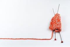 Pointeaux de tricotage de laines et de tricotage Boule de laine avec des rais pour le tricotage fait main sur la table en bois Photo libre de droits