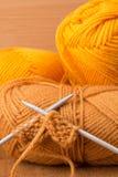 Pointeaux de tricotage et écheveau d'acrylique Photographie stock
