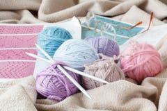 Pointeaux de tricotage de laines et de tricotage Photos stock