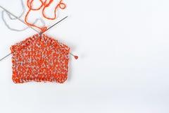 Pointeaux de tricotage de laines et de tricotage Boule de laine avec des rais pour le tricotage fait main sur la table en bois Image stock