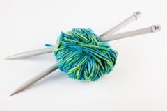 Pointeaux et filé de tricotage Photo stock